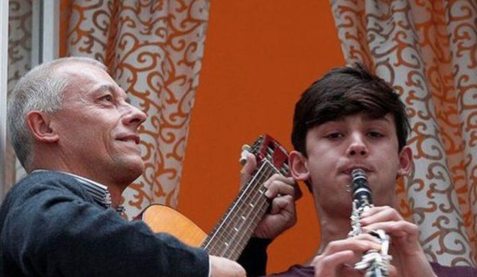Флешмоб во время пандемии: итальянцы массово поют песни из окон домов