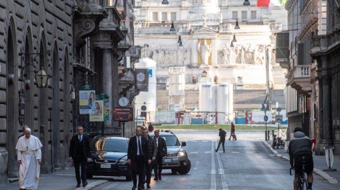 Папа Франциск I прогулялся пустым Римом и помолился за завершение пандемии
