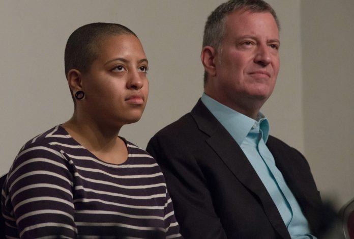 Дочь мэра Нью-Йорка арестовали за участие в демонстрациях